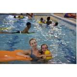 aula de natação para bebê